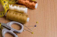 工具和辅助部件缝合的 缝合针线,剪刀,别针 库存图片