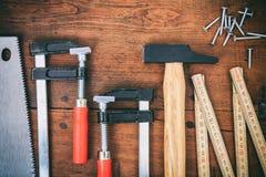工具和钉子在木背景 免版税图库摄影
