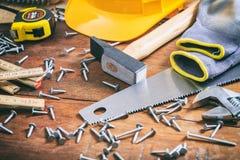 工具和钉子在木背景 免版税库存照片