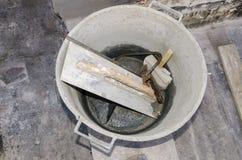 工具和水泥在桶 库存照片
