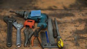 工具的不同的类型在工作凳,背景迷离的 库存照片