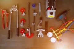 工具的各种各样的类型反对为安装空调器 免版税库存图片