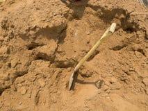 工具铁锹和沙子 库存图片