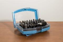 工具,在木桌上的钻头辅助部件 免版税库存图片