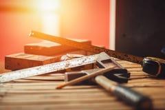 工具,在木的机械师正方形 建筑的平的位置用工具加工概念 免版税图库摄影