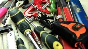 工具 在桌上的很多工具 为家庭修理的工具 股票视频