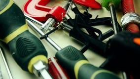工具 在桌上的很多工具 为家庭修理的工具 股票录像