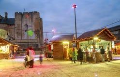 工匠与圣诞节和光投射的照明的` s村庄在d的面孔的 免版税库存照片