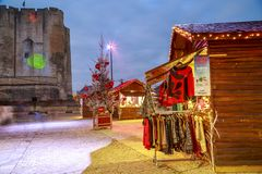 工匠与圣诞节和光投射的照明的` s村庄在d的面孔的 库存图片