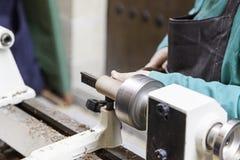 工匠与木头一起使用 免版税库存图片