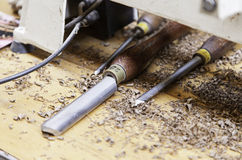 工匠与木头一起使用 免版税库存照片