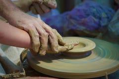 工匠与未加工的黏土一起使用 图库摄影