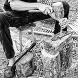 工匠修造木犁耙会集干草 免版税图库摄影