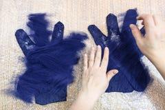 工匠分层堆积在手套的纤维 免版税库存图片