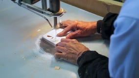 工匠删去了与纸卷锯的木设计 影视素材