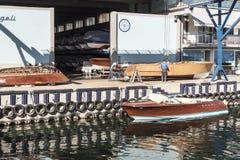 工匠在工作在小船的建筑 免版税库存照片