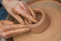 工匠在泥罐工作 免版税图库摄影