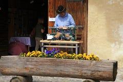 工匠在Gruyeres,瑞士做工艺 免版税库存照片