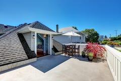 工匠房子屋顶与生活范围的上面大阳台 库存图片