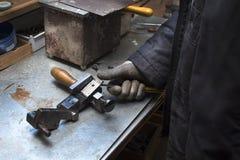 工匠拔出从模子的完成品 免版税库存照片
