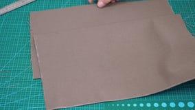 工匠显示袋子的空白的被删去的纺织品细节 影视素材