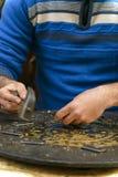 工匠板刻杰作的手 库存照片