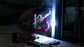 工匠焊接宽射击接近地板的