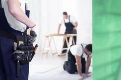 工匠特写镜头有toolbelt的在家庭改造工程期间 库存照片