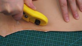 工匠由转台式切削刀刀子削减提包细节从皮革的 影视素材