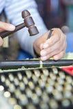 工匠由锤子和ch雕刻美丽金银细丝工在金戒指 免版税库存图片