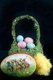 工匠色的鸡蛋和一个papier-mâché鸡蛋复活节篮子用兔子 免版税库存图片