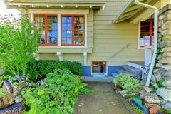 工匠逗人喜爱的绿色家庭老牌 免版税库存图片