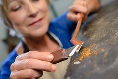 工匠雕刻弓的小提琴制造者在车间 库存图片