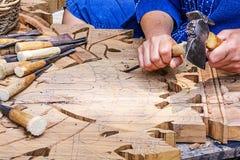 工匠雕刻 库存照片