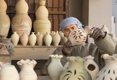 工匠sellin黏土瓶子 免版税图库摄影