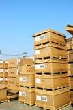 工厂仓库和raws材料箱子 库存图片