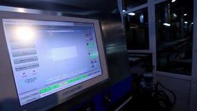 工厂仪表板,工作者` s计算机控制机械在工厂,录象剪辑,控制的操作按 股票视频
