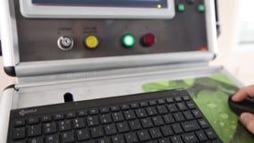 工厂仪表板,工作者` s计算机控制机械在工厂,录象剪辑,控制的操作按 股票录像