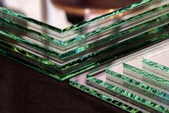 工厂制造的缓和清楚的浮法玻璃盘区板料按尺寸裁剪的 免版税库存图片