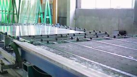 工厂制造的缓和清楚的浮法玻璃盘区板料按了尺寸裁剪4K 股票视频