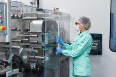 工厂劳工研究怎么机器工作 免版税图库摄影
