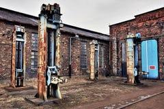工厂厂房和机械在路轨围场 库存图片