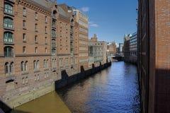 工厂厂房和水运河 免版税库存照片