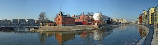 工厂厂房的全景,在莫斯科河的堤防的`红色10月`在莫斯科,俄罗斯 库存图片