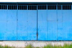 工厂厂房蓝色金属门  库存图片