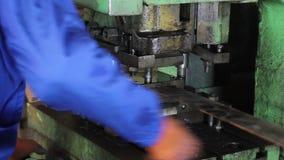 工厂反复移动,盖印在铁铁棍的男性孔 影视素材