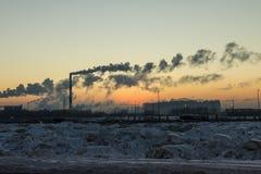 工厂和日落冬天 库存图片