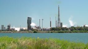 工厂和日间炼油厂中景 股票视频