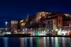 工厂在晚上 免版税库存图片