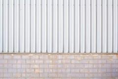 工厂墙壁由金属板和石头块,墙壁植物克里人制成 库存照片